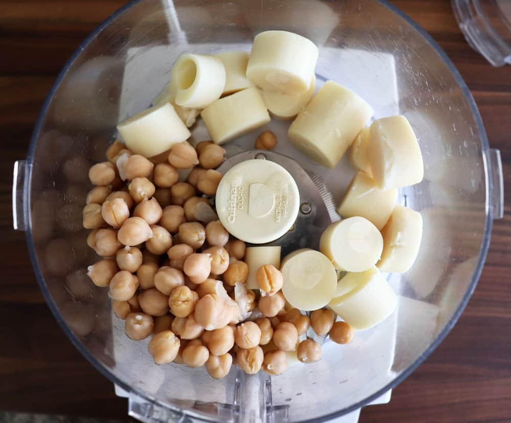 Chickpeas and hearts of palm in a food processor